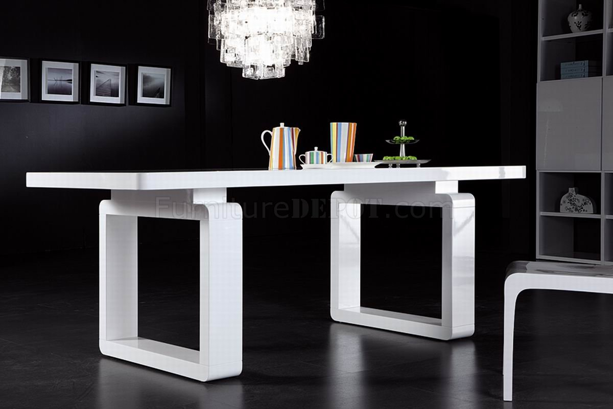 White finish modern dining table w elegant legs for Table a manger design