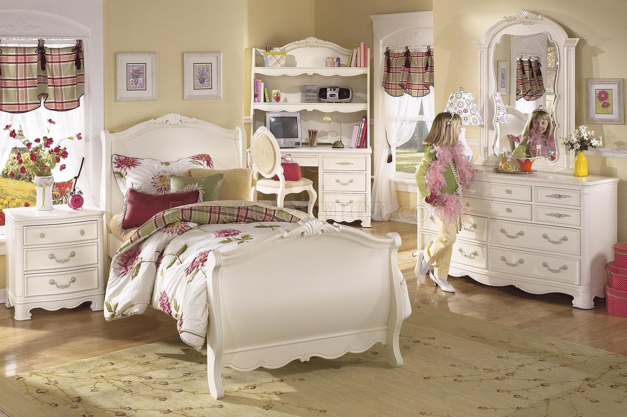 White Wash Finish Traditional Kids Bedroom w/Classic Sleight Bed